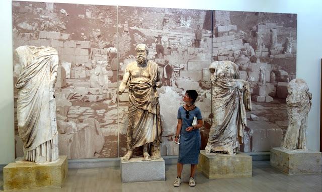 Statues retrouvées sur le site de Delphes, exposées au Musée
