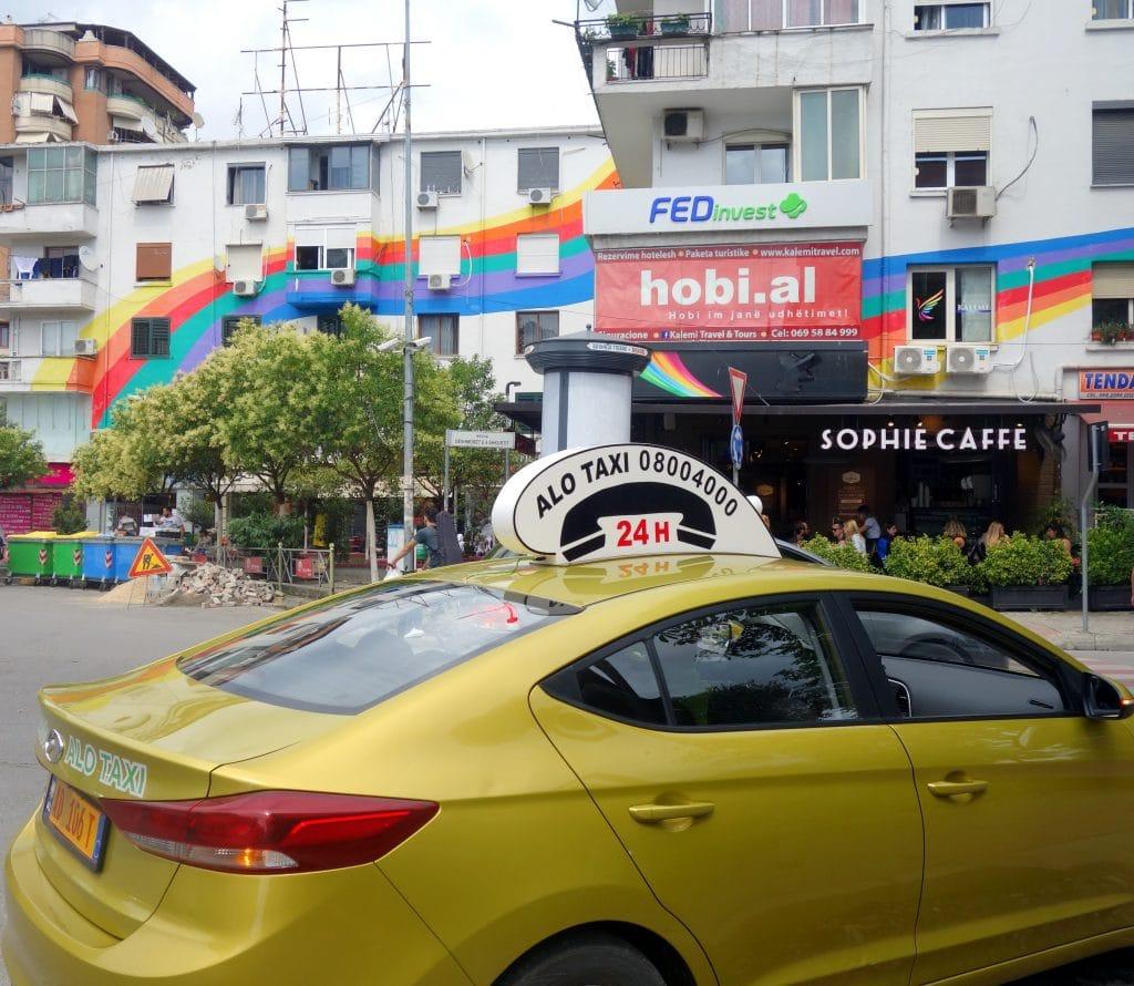 Tirana immeuble coloré et taxi