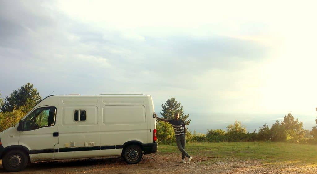 Adossé au fourgon, vue sur l'Istrie