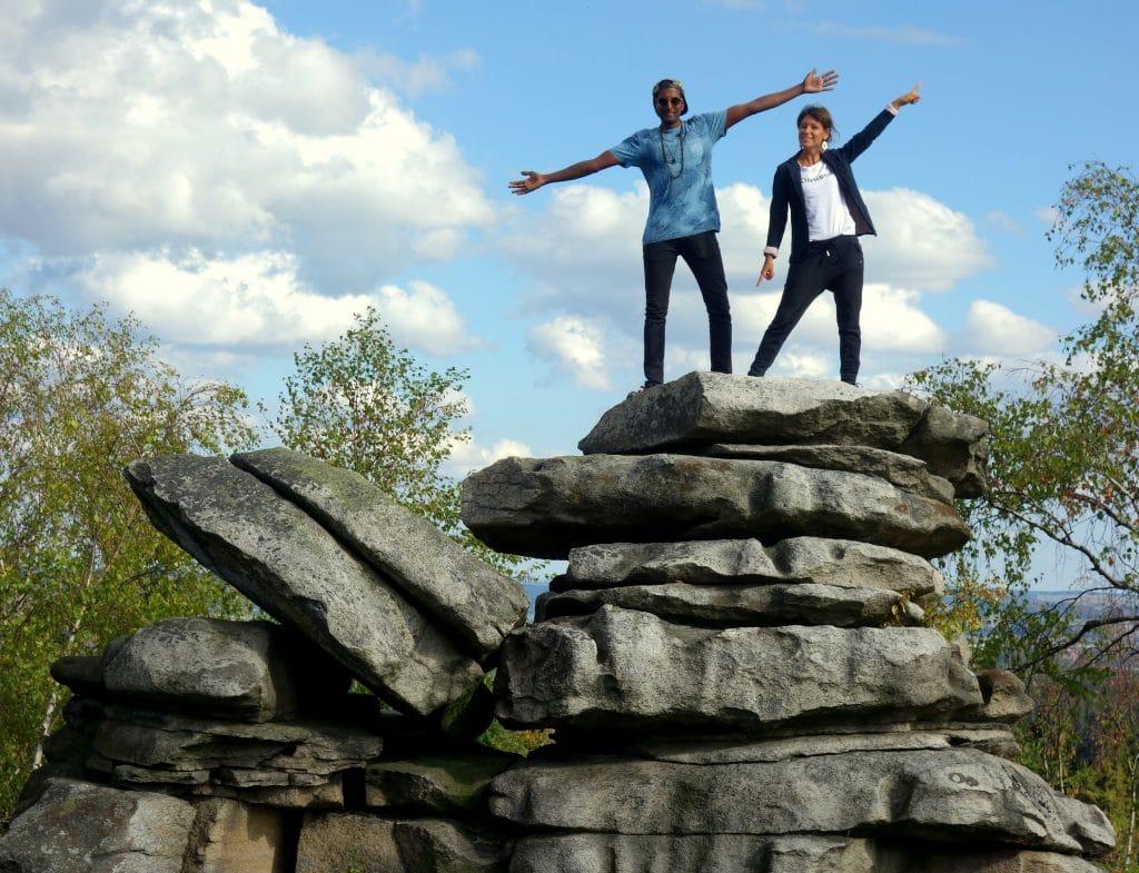 couple au sommet des empilements de pierres en tchéquie