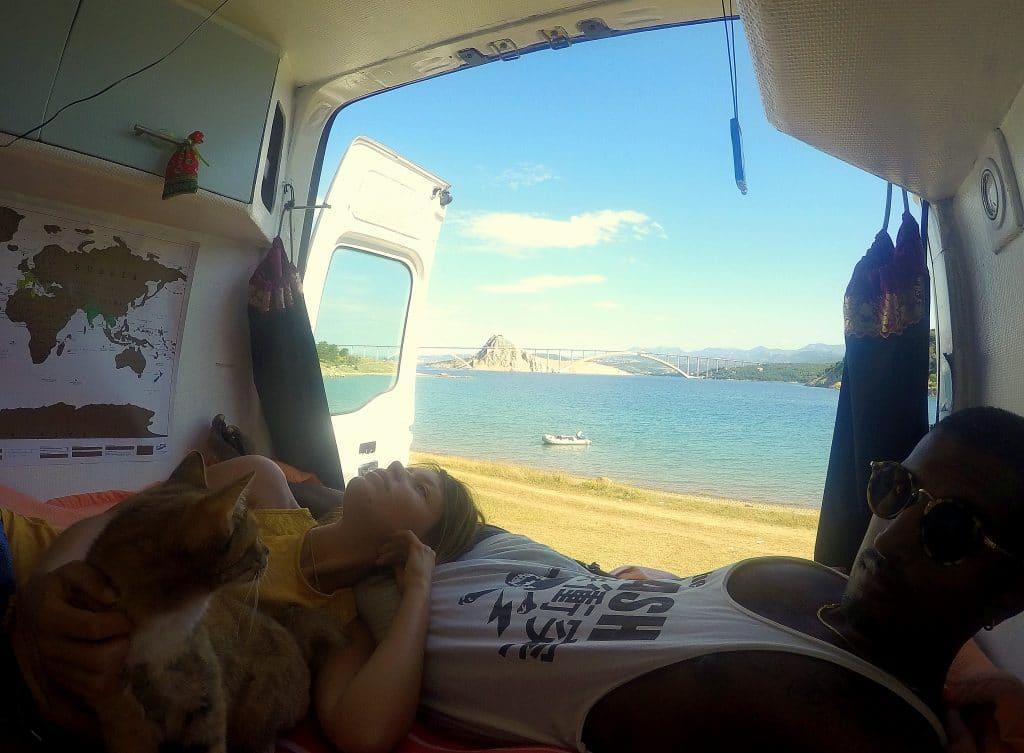 sieste dans le van, au bord de la mer
