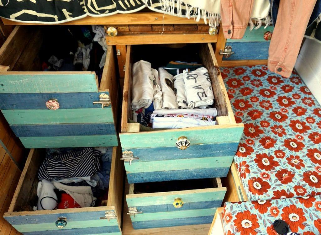 vanlife : tiroirs de vêtements