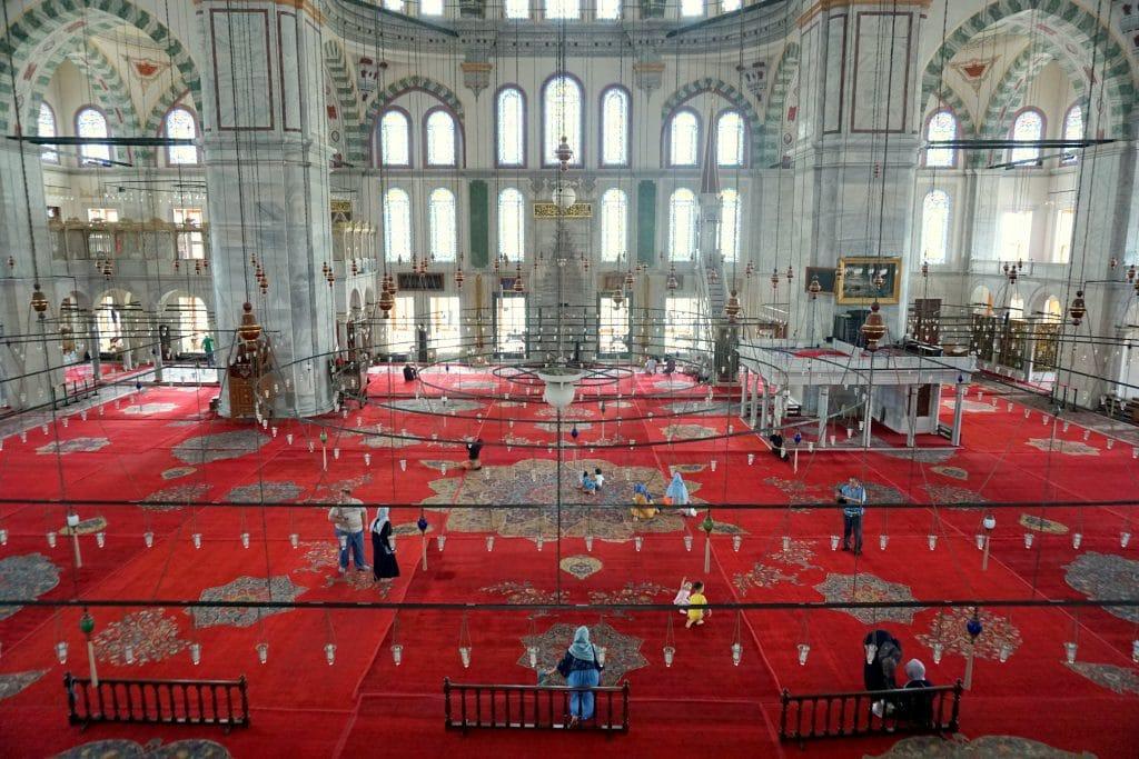L'intérieur de la mosquée Yavuz Selim d'Istanbul