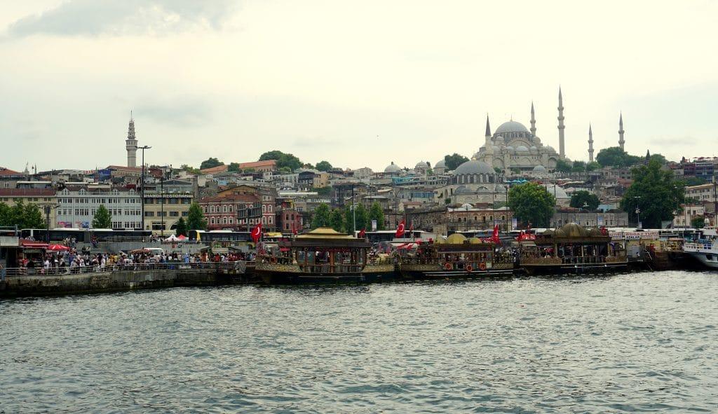 Vue sur la corne d'or d'Istanbul depuis le pont Galata