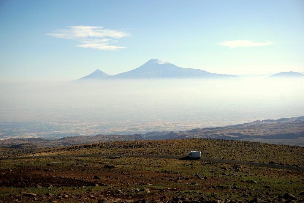 Arménie, sur la route du Mont Agarat avec la vue sur le Mont Ararat