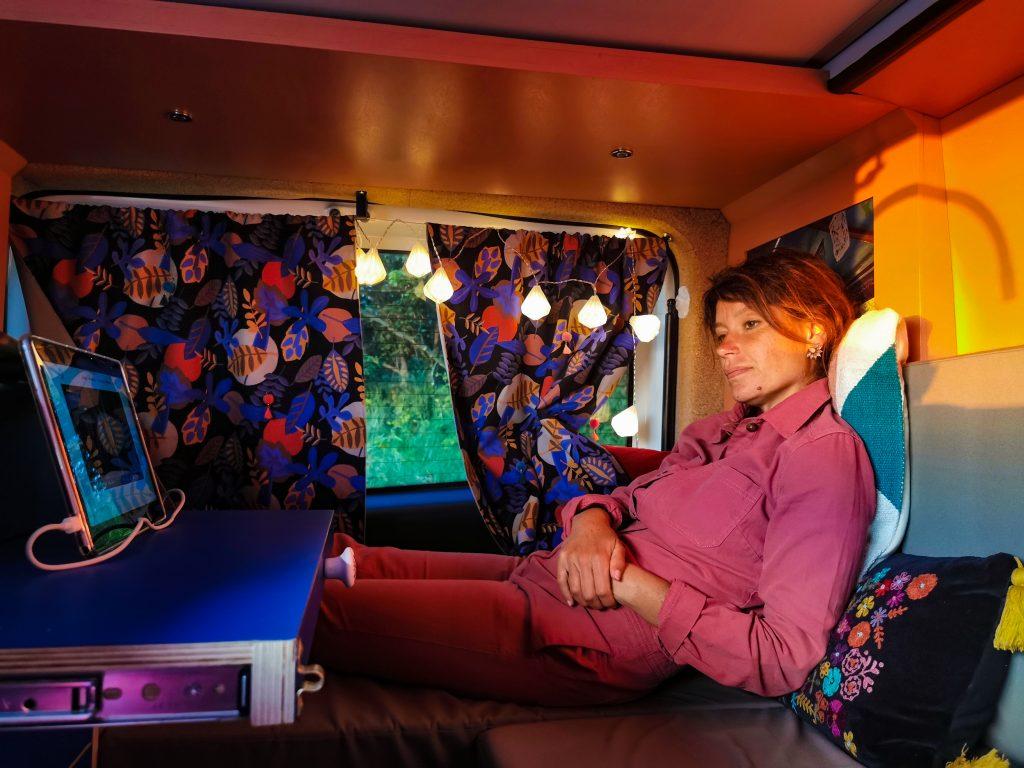 l'aménagement cosy d'un van