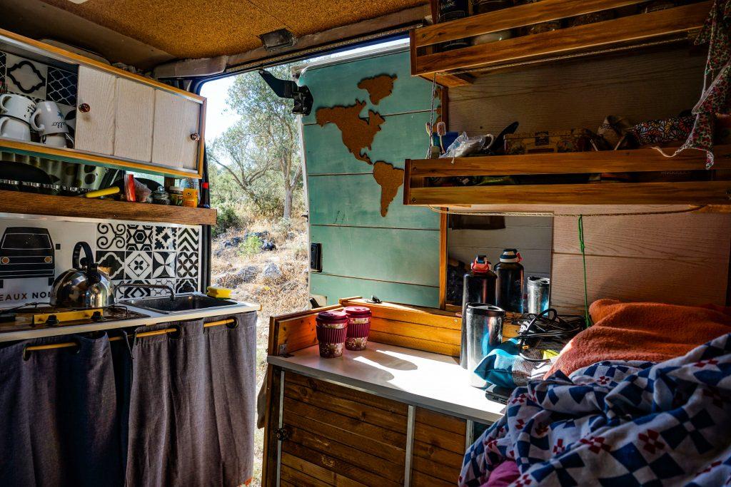 Réveil en van, un moment parfait de la vie nomade