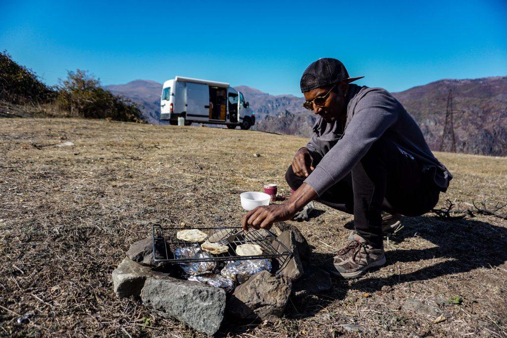 vanlife Arménie : le barbecue pour des repas nomades plus facile