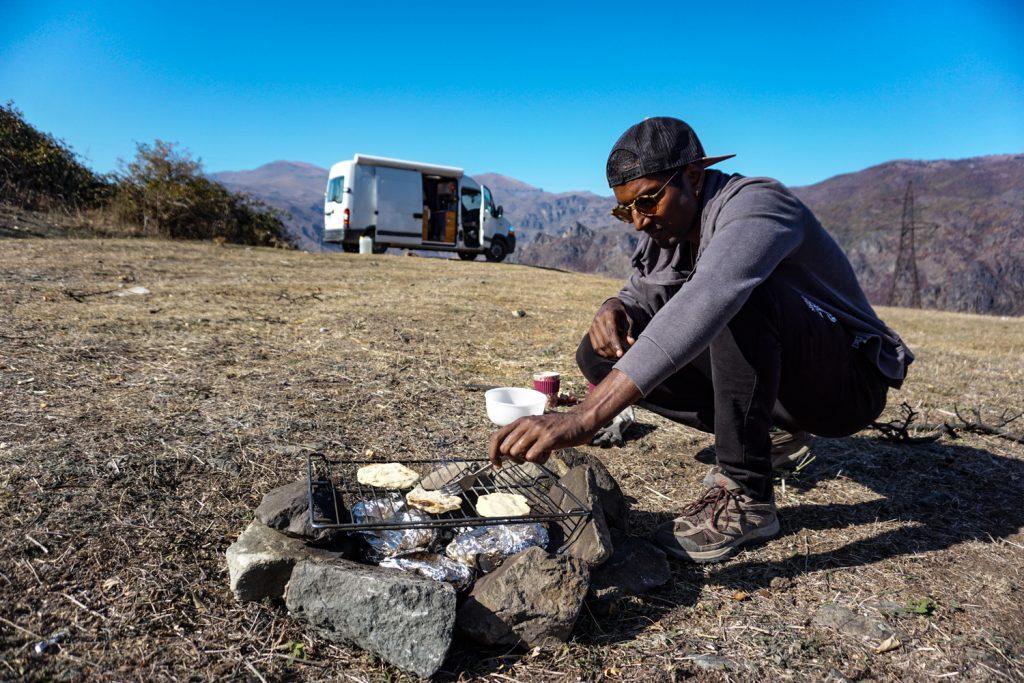 vanlife Arménie, recette nomade, cuisson des naans au barbecue